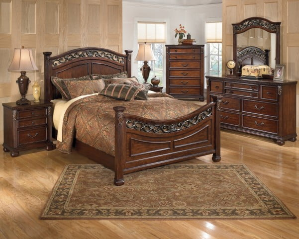 Leahlyn Warm Brown Queen Poster Bed